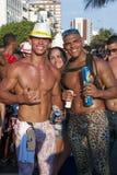 庆祝狂欢节Ipanema里约热内卢巴西的朋友 免版税库存图片