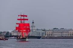 庆祝猩红色风帆 免版税库存图片