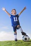 庆祝球员足球年轻人的男孩 免版税库存图片