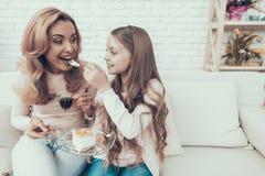 庆祝生日和吃蛋糕的幸福家庭 库存图片