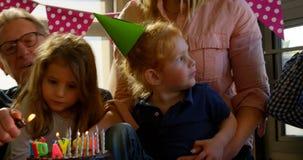 庆祝生日宴会的家庭在客厅4k 影视素材