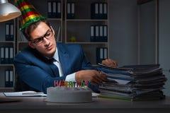 庆祝生日的人在办公室 免版税库存图片