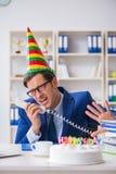 庆祝生日的人在办公室 图库摄影