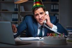 庆祝生日的人在办公室 免版税图库摄影