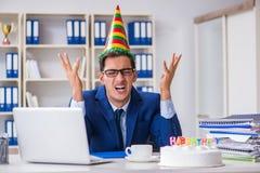 庆祝生日的人在办公室 库存图片