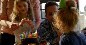 庆祝生日的幸福家庭在客厅4k 股票视频