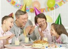 庆祝生日的父母和孩子 库存照片
