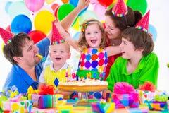 庆祝生日聚会的家庭 免版税库存图片