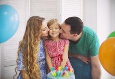 庆祝生日他们的一点daught的家庭的画象 免版税库存照片