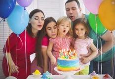 庆祝生日他们的一点daught的家庭的画象 库存图片