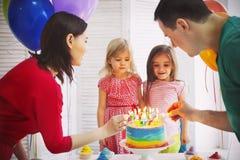 庆祝生日他们的一点daught的家庭的画象 图库摄影