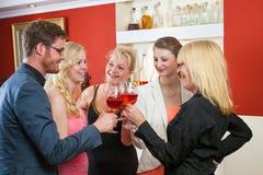 庆祝用玫瑰酒红色的小组朋友 库存照片
