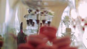庆祝的婚宴喜饼 在立场的杯形蛋糕 影视素材
