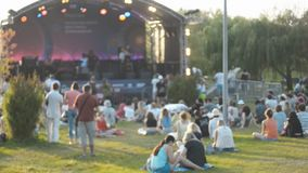 庆祝的音乐会和观看的人民户外在夏日 影视素材
