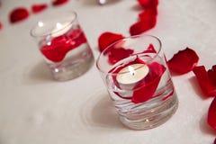 庆祝盘子为情人节-香宾、巧克力莓蛋糕、蜡烛和英国兰开斯特家族族徽 库存照片