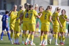 庆祝目标的女性足球运动员 免版税库存照片