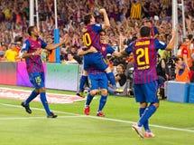 庆祝目标的巴塞罗那足球运动员 免版税库存照片