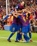 庆祝目标的足球运动员 免版税库存照片