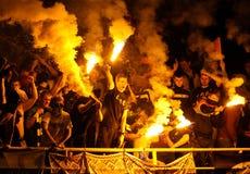 庆祝目标的足球迷 免版税库存图片