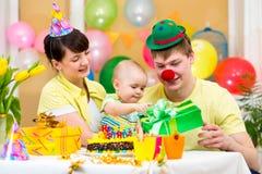 庆祝第一个生日婴孩的家庭 库存照片