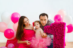 庆祝第一个生日小女儿的家庭 库存照片