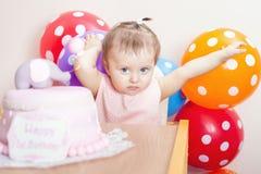 庆祝第一个生日的滑稽的婴孩 蛋糕 库存图片