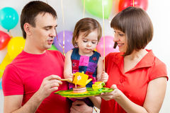 庆祝第一个生日婴孩的年轻家庭 图库摄影