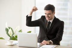 庆祝第一销售的电子商务商人 免版税库存图片
