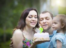 庆祝第二个生日小女儿的愉快的家庭 库存图片