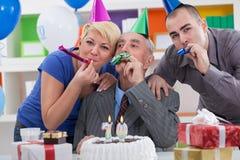 庆祝第70个生日的家庭 免版税图库摄影