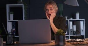 庆祝网上成功的女实业家在办公室 股票录像