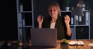 庆祝网上成功的女实业家在夜办公室 股票视频