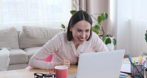 庆祝网上成功的激动的女实业家 影视素材