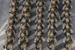 庆祝罗马尼亚的国庆节的军事游行 免版税图库摄影