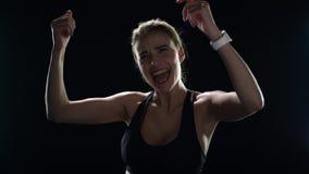 庆祝胜利用在慢动作的被举的手的激动的妇女优胜者 影视素材