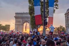 庆祝胜利的人们在法国在2018年世界杯以后 库存图片