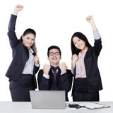 庆祝胜利的企业家队 免版税库存照片