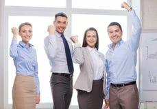 庆祝胜利的企业队在办公室 免版税库存图片