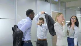 庆祝胜利的愉快的企业队在办公室 股票视频