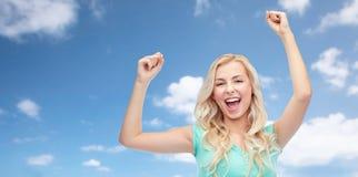 庆祝胜利的愉快的少妇或青少年的女孩 免版税图库摄影