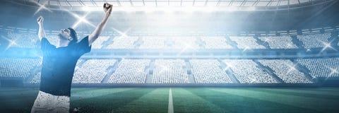 庆祝胜利的足球运动员反对体育场反对天空 库存照片