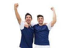 庆祝胜利的足球运动员 免版税库存照片