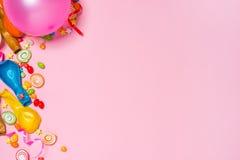 庆祝舱内甲板位置 与五颜六色的党项目的糖果在桃红色ba 免版税库存照片