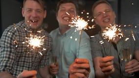 庆祝英俊的年轻男性的新年快乐拿着孟加拉光 股票视频