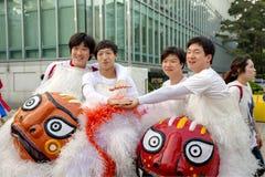 庆祝莲花灯笼费斯特的韩国青年人 免版税库存图片