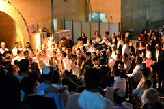 庆祝西赫托拉节的犹太人民在西部墙壁在晚上 图库摄影