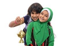 庆祝赖买丹月的两个愉快的女孩 库存照片