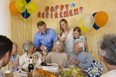 庆祝退休庆祝会的资深夫妇 免版税图库摄影