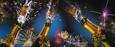 庆祝-嘶嘶响和烟花 免版税库存图片