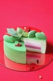 庆祝(圣诞节) Matcha和无核小葡萄干奶油甜点蛋糕 免版税库存照片